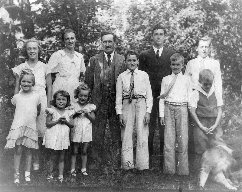CDC - Ansgar & Kristine Ravnholt family - July 4, 1935.jpg